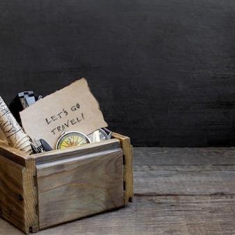 Viaggi e vacanze, fondo della tavola di scatola di legno, bussola, mappa