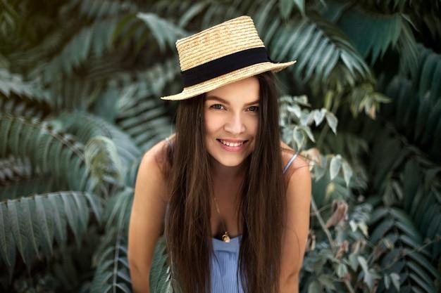 Viaggi, umore estivo, ritratto di una ragazza con un cappello