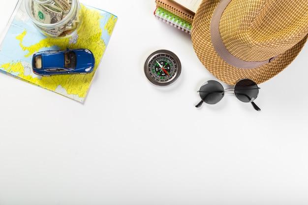 Viaggi, vacanze estive, turismo e concetto di oggetti
