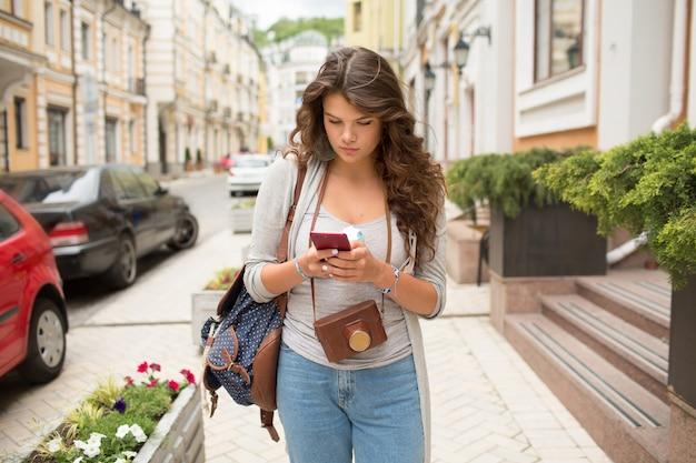 Viaggia donna turistica sul marciapiede in strada.