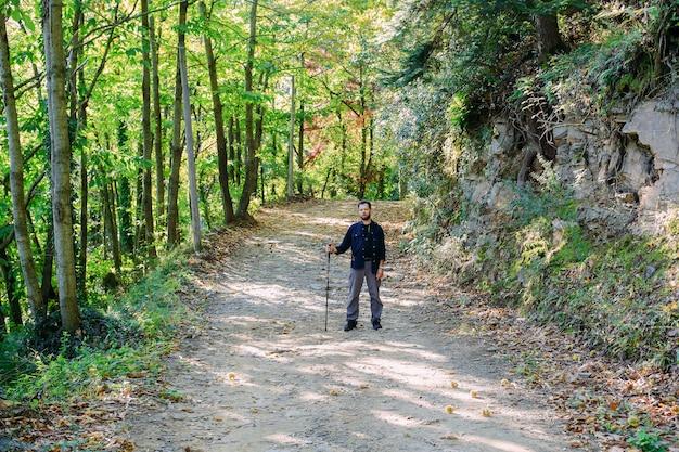 Viaggia ed escursioni lungo il sentiero nel bosco nella stagione autunnale