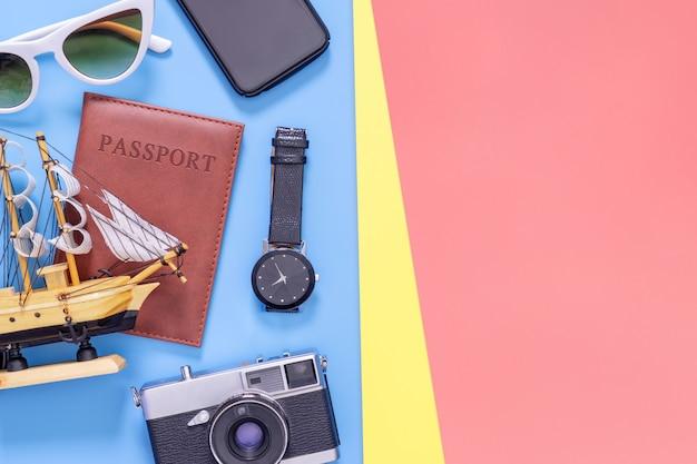 Viaggia gli oggetti di vista superiore per il viaggiatore di affari sullo spazio blu della copia di rosa giallo