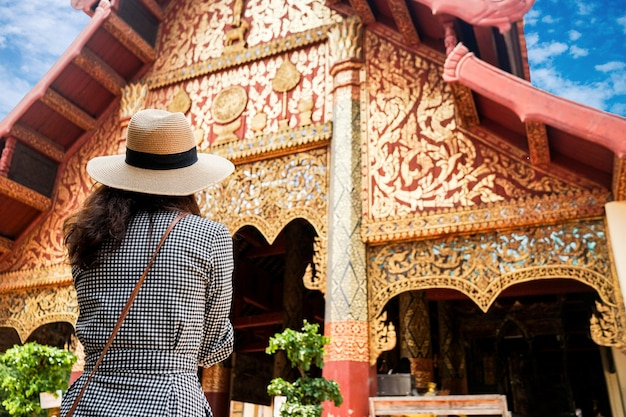 Viaggia la donna turistica del tempio nordico della tailandia su asia che fa un giro turistico in chiangmai