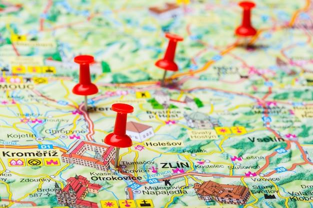 Viaggia punti di destinazione su una mappa indicata con puntine colorate