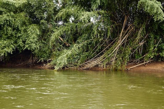 Viaggia sul fiume kanchanaburi kwai yai