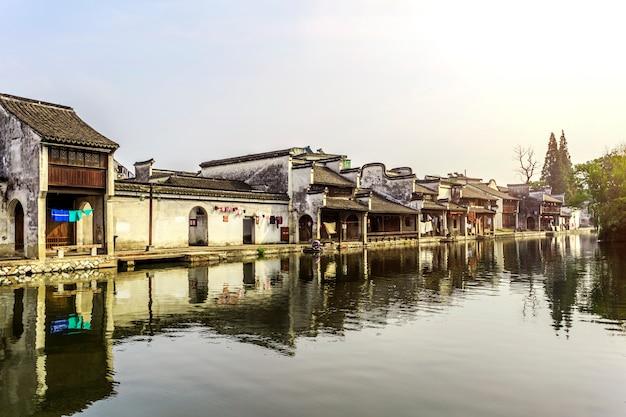 Viaggiare rustico tradizionale architettura di acqua di pietra
