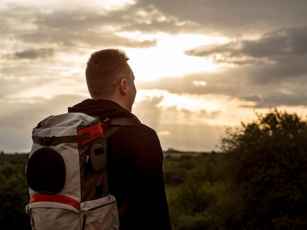 Viaggiatore al tramonto