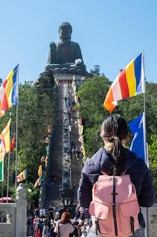 Viaggiatore asiatico visita tian tan o big buddha a ngong ping lantau island