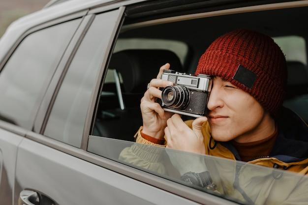 Viaggiatore bello che prende alto vicino della foto
