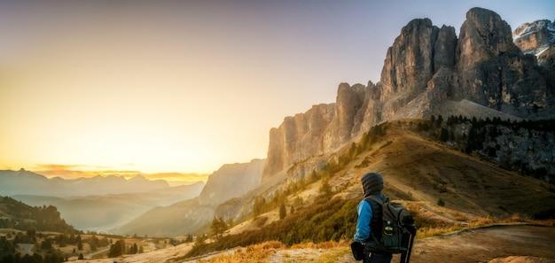 Viaggiatore che fa un'escursione il paesaggio mozzafiato della dolomia