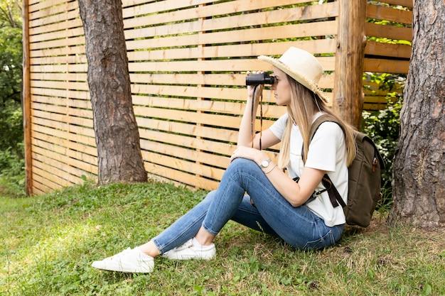 Viaggiatore che osserva tramite il binocolo