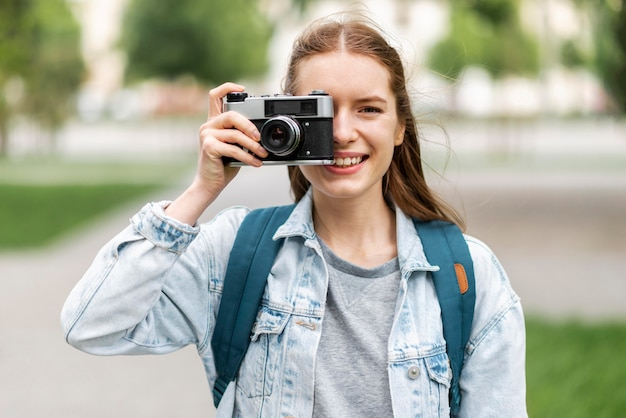 Viaggiatore che prende una foto con la retro macchina fotografica