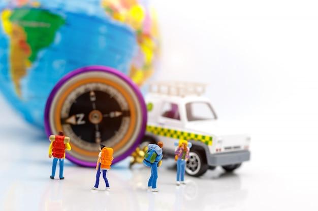 Viaggiatore che sta con il globo e la bussola.
