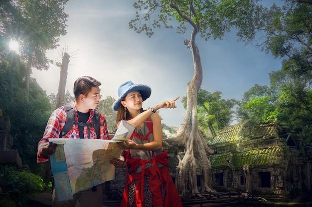 Viaggiatore che trova il prossimo punto di campeggio utilizzando una mappa