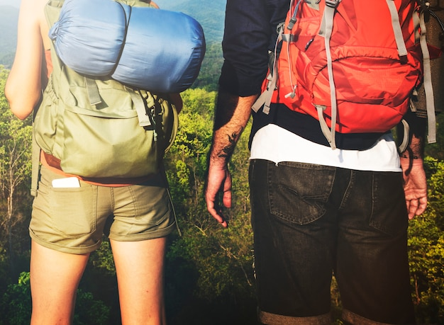Viaggiatore con zaino e sacco a pelo che fa un escursione il concetto di viaggio di viaggio di viaggio