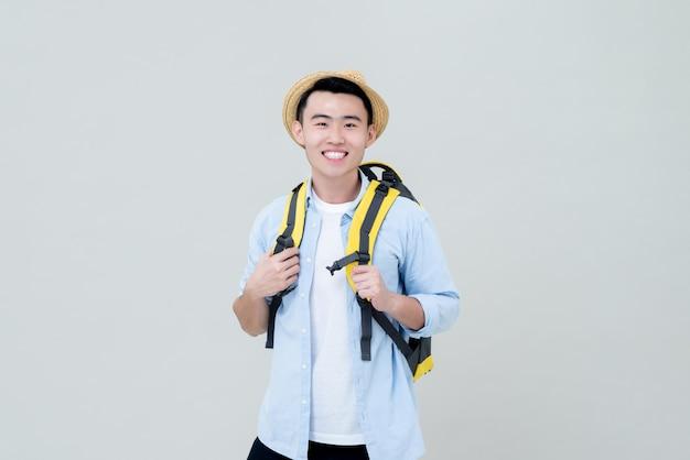 Viaggiatore con zaino e sacco a pelo turistico sorridente dell'uomo asiatico dell'asia