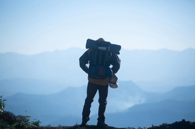 Viaggiatore dell'uomo con il concetto di stile di vita di viaggio di alpinismo dello zaino