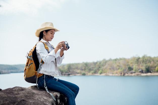 Viaggiatore della bella donna che fotografa le tempie