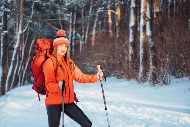 Viaggiatore della donna con lo zaino che fa un'escursione le vacanze attive di avventura di stile di vita di viaggio all'aperto. foresta di uno splendido paesaggio