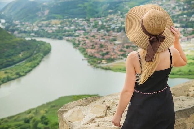 Viaggiatore della donna sullo sfondo delle attrazioni della georgia
