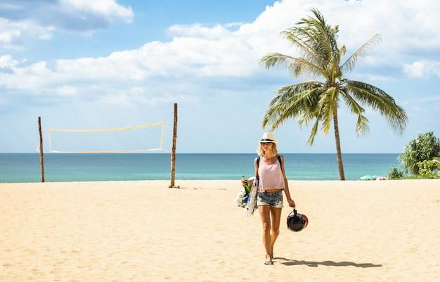 Viaggiatore della giovane donna che cammina alla spiaggia in tailandia