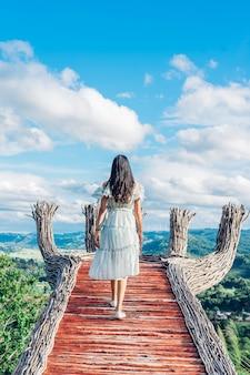 Viaggiatore della giovane donna che gode del mountain view del picco di khao al picco khao a phetchabun, tailandia