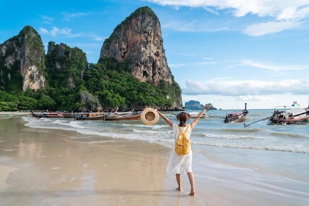 Viaggiatore della giovane donna che gode delle vacanze estive alla spiaggia di sabbia tropicale in krabi, tailandia