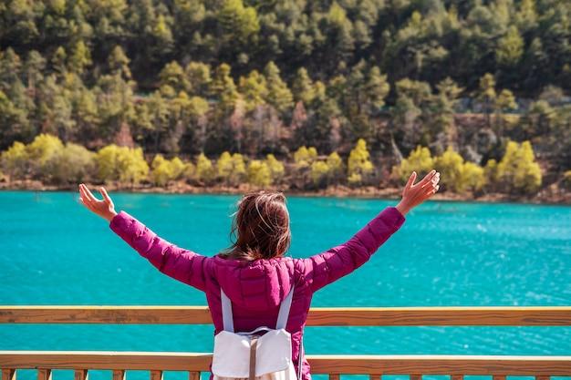 Viaggiatore della giovane donna che guarda bella natura la valle della luna blu in cina, concetto di stile di vita di viaggio