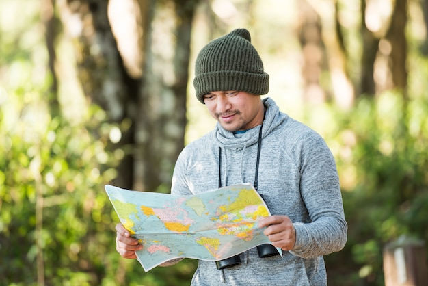 Viaggiatore di uomini che va da solo nella natura