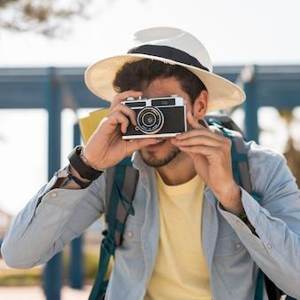 Viaggiatore di vista frontale scattare foto