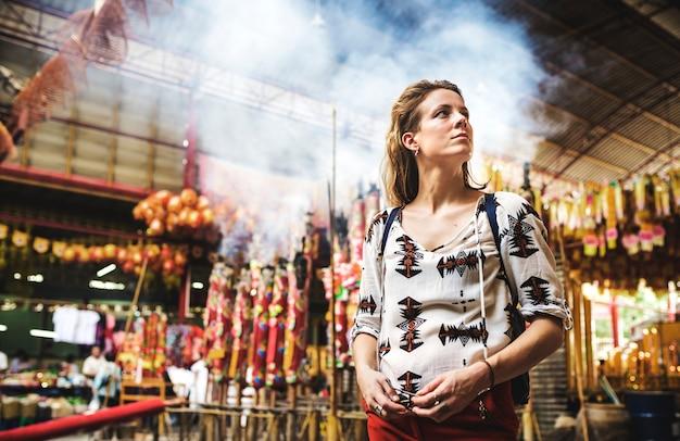 Viaggiatore femminile solista nel tempio asiatico