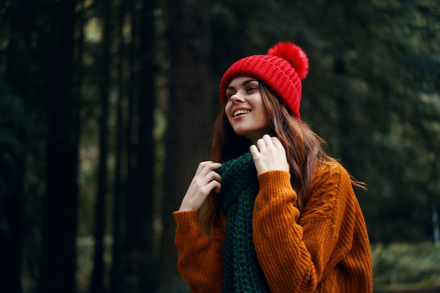 Viaggiatore in un maglione arancione sul modello natura