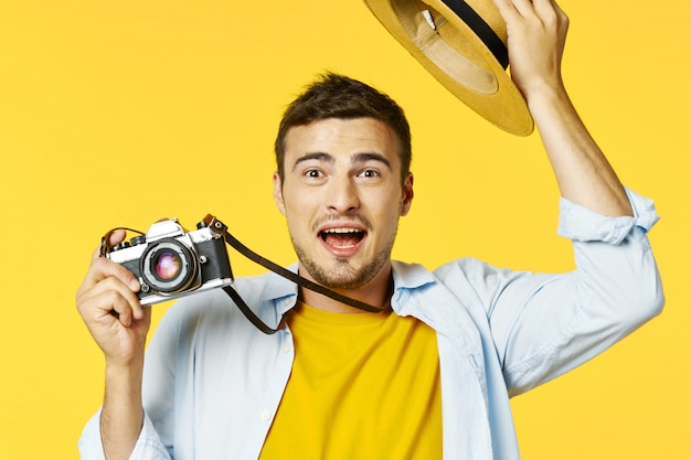 Viaggiatore maschio con valigia, gioia, passaporto