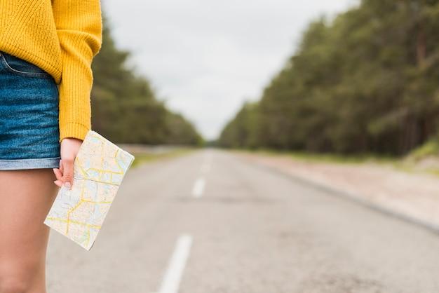 Viaggiatore singolo sulla strada con sfondo sfocato