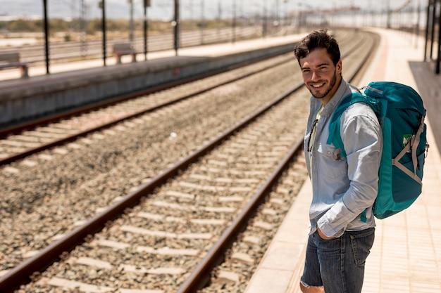 Viaggiatore sorridendo alla telecamera
