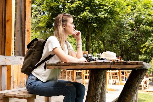 Viaggiatore stanco seduto e guardando lontano