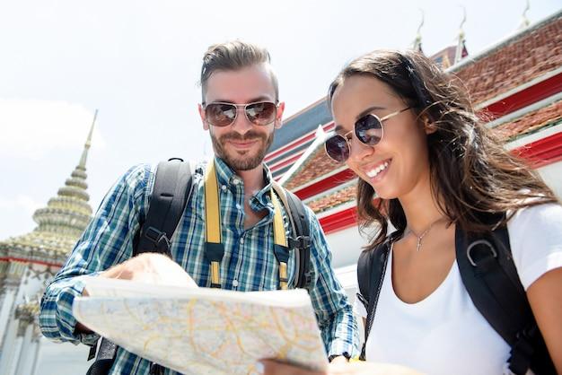 Viaggiatori con zaino e sacco a pelo turistici coppie che viaggiano a bangkok