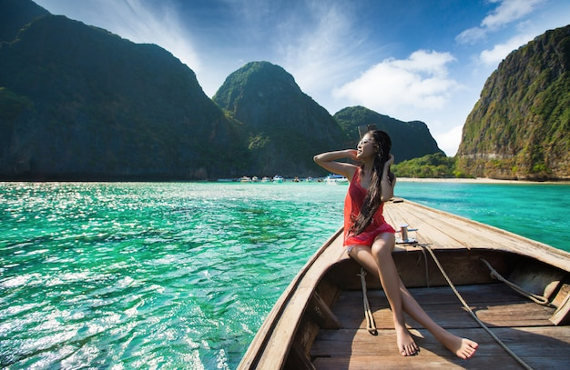 Viaggiatori donne passeggeri viaggiate a maya bay