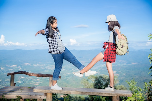 Viaggiatori, giovani donne, guardano le meravigliose montagne e foreste, idee di viaggio per la voglia di viaggiare,