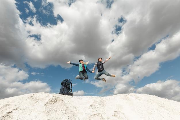 Viaggiatori long shot che si godono la natura