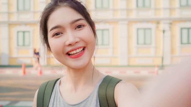 Viaggio asiatico della donna di blogger a bangkok, tailandia