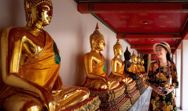 Viaggio asiatico di signora in tempio di wat pho e grande palazzo nella città di bangkok, tailandia