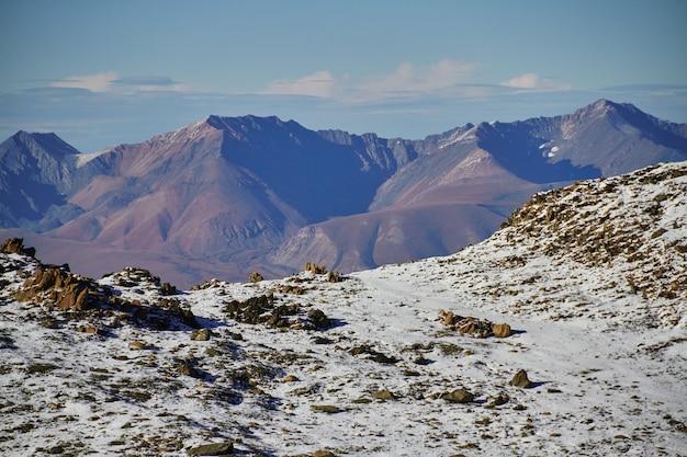 Viaggio attraverso i monti altai fino ad aktru, escursione alle vette innevate