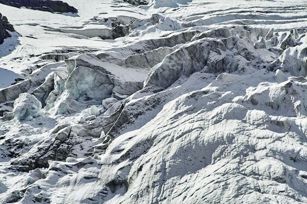 Viaggio attraverso le montagne di altai ad aktru. escursionismo
