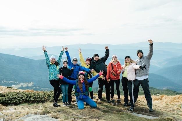 Viaggio congiunto in montagna in una grande compagnia
