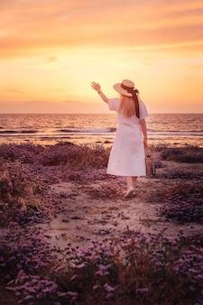 Viaggio della donna a cipro e godersi il tramonto sul mare