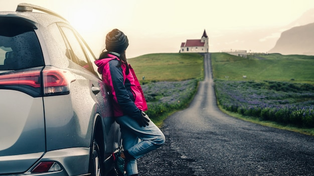 Viaggio di vacanza di viaggio di viaggio in macchina in islanda.