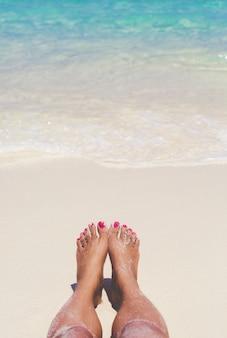 Viaggio donna piede sulla spiaggia