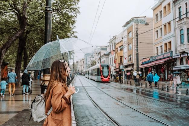 Viaggio donna tram rosso su sultanahmet affollato, istanbul