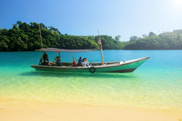 Viaggio estivo sulla spiaggia blu di sendang in indonesia